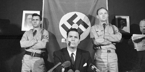 George Lincoln Rockwell bei einer Pressekonferenz (AP Photo/Harvey Georges)