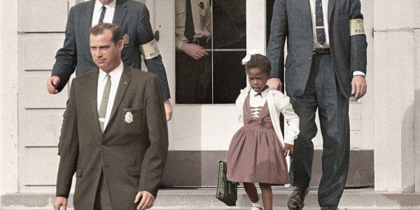 Ruby Bridges eskortiert von US-Marshalls auf dem Weg aus ihrer Grundschule (Flickr)